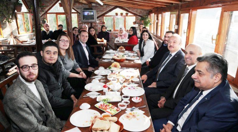 Bandırma Onyedi Eylül Üniversitesi Rektörü Süleyman Özdemir, Manyas MYO öğrencileriyle kahvaltıda buluştu.